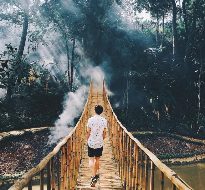 Cây cầu treo bắc ngang trong thác Prenn Đà Lạt